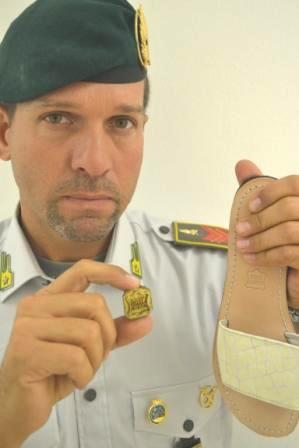 Scarpe contraffatte, confiscate 482 paia. Recavano il marchio falsificato «vera pelle»