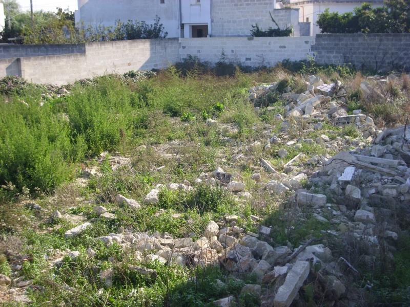 Rifiuti speciali e non nel centro cittadino: sotto sequestro il terreno adibito a discarica